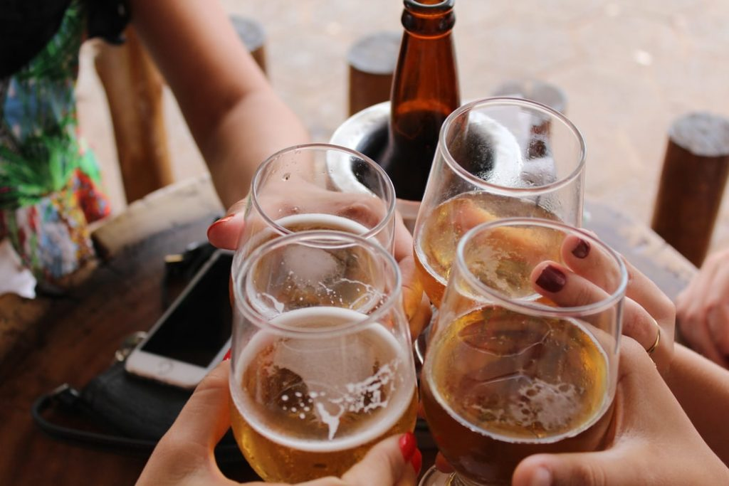 How much weight will I lose if I stop drinking alcohol for a month? Hands cheersing beers